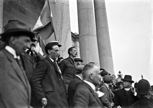 ed104-eamon-de-valera-and-others-on-the-steps-of-ennis-court-house-for-the-clare-elections2c-ke-132